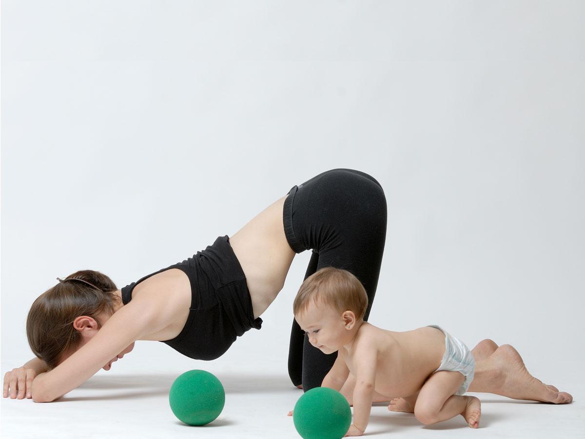 Madre e hijo realizando ejercicios de postparto